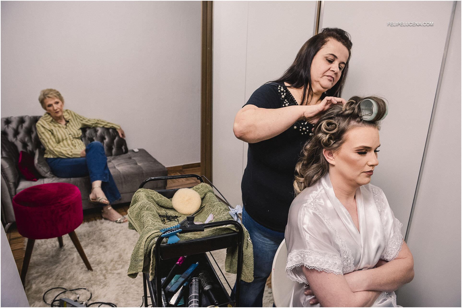noiva arrumando cabelo